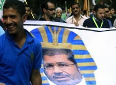Em reação contra presidente, manifestantes incendeiam diretórios do partido governista no Egito