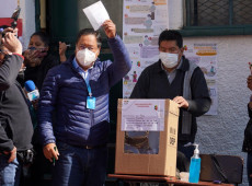 Bolívia: Apostamos na solução democrática, diz Arce após votar