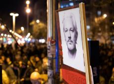 Assange recebe visita de companheira e filhos pela primeira vez em oito meses