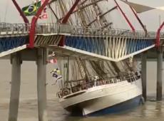 Navio brasileiro Cisne Branco bate em ponte no Equador