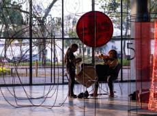 Coletivo boliviano faz instalação na Bienal de São Paulo contra criminalização do aborto