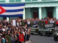 Cortejo com cinzas de Fidel Castro passa por última vigília antes de chegada a Santiago