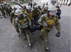 Brutalidade policial volta a ser destaque após carabineiro jogar garoto de ponte no Chile