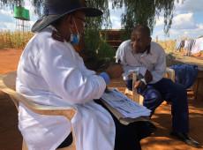 Pandemia em fotos: Departamento de Saúde da África do Sul realiza triagem em comunidades - 22.abr.2020