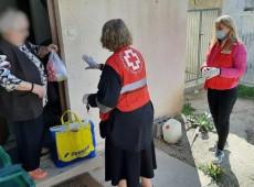 A pandemia de coronavírus em fotos: Voluntários da Cruz Vermelha na Sérvia realizam compras para ajudar idosos - 27.mar.20