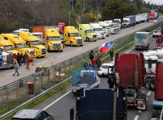 Acordo com caminhoneiros prevê melhorias na infraestrutura, subsídios e repressão no Chile