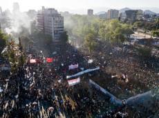 """""""Chile despertou"""": Milhares comemoram dois anos do levante social e exigem """"Fora, Piñera!"""""""