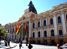 Diálogos latinos: Governo golpista adia eleições na Bolívia e trabalhadores anunciam greve