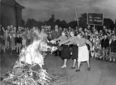 Hoje na História: 1933 - Nazistas queimam livros de autores judeus na Alemanha