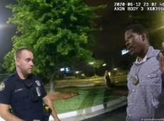 Policial acusado pela morte de negro em Atlanta se entrega às autoridades