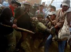 Usando bastões, indígenas colombianos resistem contra guerrilha e governo
