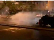 Esquadrão Móvel Antimotim reprime manifestantes com bombas de gás lacrimogêneo e armas de fogo durante protesto na Colômbia