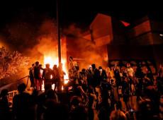 Manifestantes ateiam fogo a delegacia em terceira noite de protestos nos EUA
