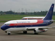 Boeing 737 perde contato após decolar na Indonésia; destroços são localizados