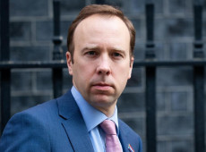 Ministro britânico cai após violar lockdown com amante