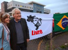 Lula reassumirá presidência e recuperará o prestígio internacional do Brasil, diz Chomsky